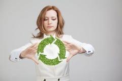 Удерживание женщины рециркулирует символ в его руках Стоковое Изображение RF