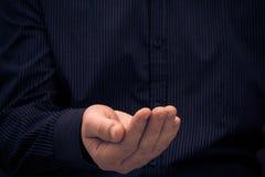 Удерживание жеста рукой спрашивает помощь Стоковое Фото