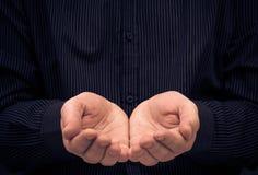 Удерживание жеста рук человека спрашивает помощь Стоковое Изображение RF