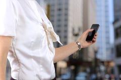 Удерживание коммерсантки и использование передвижного умного телефона Стоковые Фото