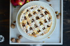 удерживание крупного плана выпечки предпосылки яблока изолировало красный цвет расстегая показывая белую женщину Стоковые Фотографии RF