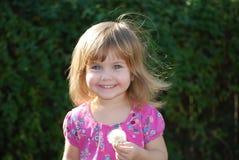 Маленькая девочка с одуванчиком Стоковые Изображения