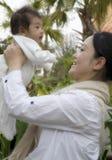 удерживание младенца высокое Стоковые Фото