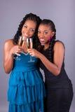 Удерживание молодой красивой африканской женщины стекло шампанского стоковое изображение
