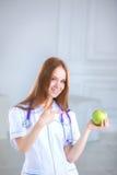 удерживание доктора яблока зеленое еда принципиальной схемы здоровая Стоковые Фотографии RF