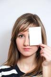 удерживание пустой карточки стоковые фотографии rf