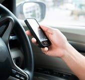 удерживание руки банка предпосылки замечает smartphone Стоковое Изображение RF