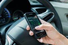 удерживание руки банка предпосылки замечает smartphone Стоковое Фото