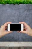 Удерживание руки женщины и использование умного телефона с изолированной стеной экрана и мрамора и деревянным полом с орнаменталь Стоковое Фото
