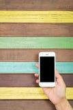 Удерживание руки женщины и чернь использования, сотовый телефон, умный телефон с изолированным экраном Стоковое Изображение