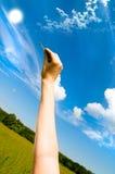 удерживание руки предпосылки голубое пользуется ключом небеса Стоковое фото RF