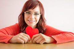удерживание сердца дня счастливое изолированное над детенышами белой женщины valentines Стоковые Изображения