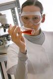 удерживание склянки химика Стоковые Изображения RF
