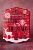удерживание шлема рождества азиатской предпосылки красивейшее пустое кавказское изолировало смешанный бумажный знак santa гонки с Стоковые Фото