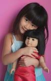 удерживание девушки куклы Стоковая Фотография