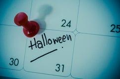 удерживания halloween даты принципиальной схемы календара жнец мрачного счастливого миниатюрный говорит положение косы Стоковое Фото