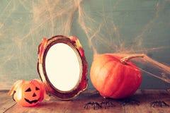 удерживания halloween даты принципиальной схемы календара жнец мрачного счастливого миниатюрный говорит положение косы тыква рядо Стоковое Изображение RF