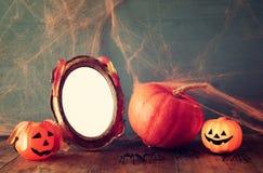 удерживания halloween даты принципиальной схемы календара жнец мрачного счастливого миниатюрный говорит положение косы Милая тыкв Стоковые Фото