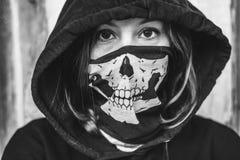 удерживания halloween даты принципиальной схемы календара жнец мрачного счастливого миниатюрный говорит положение косы Страшное и Стоковое Изображение