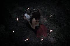 удерживания halloween даты принципиальной схемы календара жнец мрачного счастливого миниатюрный говорит положение косы Ведьма в v Стоковые Фотографии RF