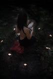 удерживания halloween даты принципиальной схемы календара жнец мрачного счастливого миниатюрный говорит положение косы Ведьма в v Стоковое фото RF