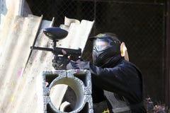 Удерживать игрока пейнтбола Стоковая Фотография RF