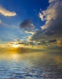 Удивительное солнце над шелковистой поверхностью океана Стоковое фото RF
