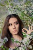 Удивленная девушка при аллергия держа анти- аллергические пилюльки Стоковое Фото