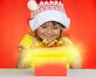 Удивленная девушка раскрывая подарок Стоковые Фотографии RF