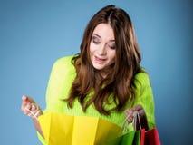 Удивленная девушка с бумажной хозяйственной сумкой. Продажи. Стоковая Фотография