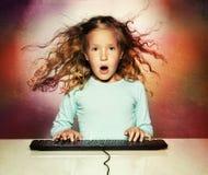Удивленная девушка с компьютером Стоковое Изображение RF