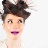 Удивленная девушка с причудливым стилем причёсок на белой предпосылке стоковые изображения rf