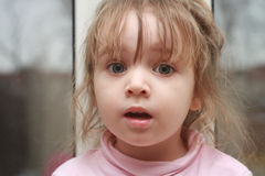 удивленная девушка Clouse вверх Портрет Стоковые Фото