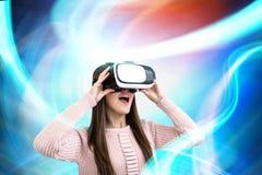 Удивленная женщина в стеклах VR, абстрактных Стоковые Изображения RF