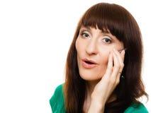Удивленная женщина говоря на smartphone мобильного телефона Стоковые Фото