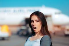 Удивленная женщина готовая для восхождения на борт самолета Стоковая Фотография RF