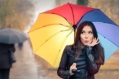 Удивленная женщина осени держа зонтик радуги Стоковое Фото