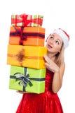 Удивленная женщина рождества с много представляет стоковое фото rf