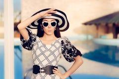 Удивленная женщина с солнечными очками и шляпой Солнця бассейном Стоковая Фотография