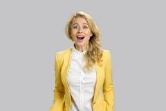Удивленная жизнерадостная молодая бизнес-леди Стоковая Фотография RF