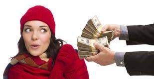 Удивленная молодая женщина смешанной гонки будучи вручанным тысячи долларов Стоковое Изображение RF