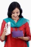 Удивленная молодая женщина с подарочной коробкой стоковое фото
