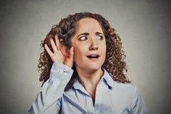 Удивленная любопытная женщина подслушивая Стоковая Фотография RF