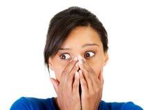 Удивленное заволакивание женщины с руками ее рот стоковая фотография