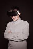 Удивленные детеныши в сером свитере, человеке в стеклах виртуальной реальности Стоковая Фотография