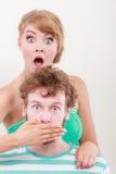Удивленные пары широко наблюдали девушка заволакивание изрекает ее человека стоковые изображения rf