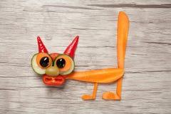Удивленный кот сделанный из моркови и огурца на таблице Стоковая Фотография RF