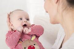 Удивленный маленький младенец смотря мать стоковое изображение rf