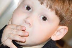 удивленный мальчик стоковые фотографии rf