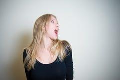 Удивленный молодой белокурый портрет женщины Стоковые Изображения